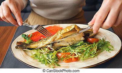 gaffel, kvinna ätande, fish, upp slut, stek kniv