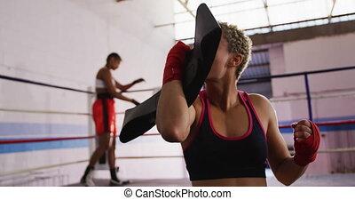 gagner, course, gymnase, boxe, femme, mélangé, heureux