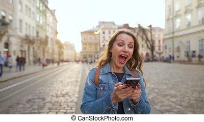 gagner, très, femme, there., smartphone, chance, voit, marche, bas, elle, heureux, vieux, grand, rue, concept, utilisation, ou