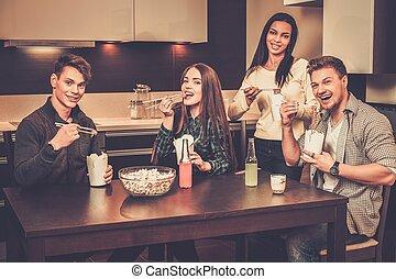 gai, amis, manger, restauration rapide, dans, intérieur maison