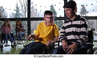 gai, bavarder, handicapé, garçons, adolescent, intérieur