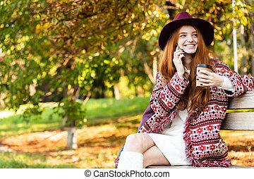 gai, coffee., conversation, mobile, positif, parc, jeune, content, automne, téléphone, étudiant, roux, girl, boire, heureux