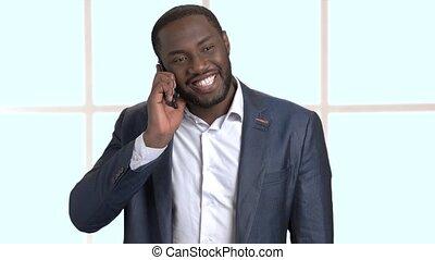 gai, conversation, a peau noire, téléphone., homme affaires