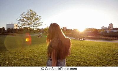 gai, coucher soleil, marche, femme, parc