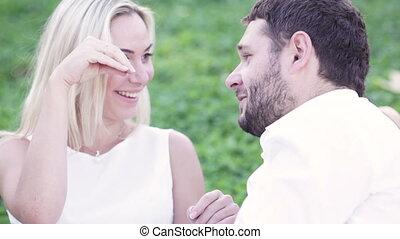 gai, couple, pelouse