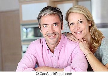gai, couple, s'appuyer, compteur cuisine