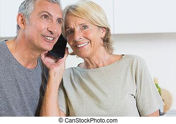 gai, couples mûrs, écoute, a, appeler, ensemble