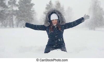 gai, femme, park., promenades, neige, jeune, hiver, congère, jouer