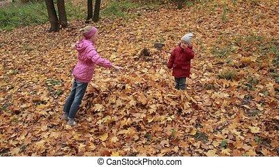 gai, feuilles, automne, sauter, tas, frères soeurs