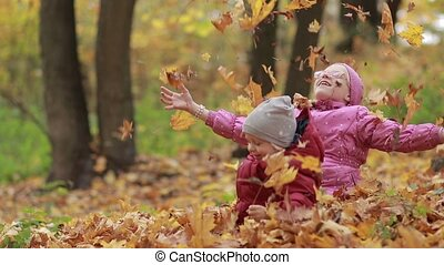 gai, feuilles, enfants, automne, tas, jouer