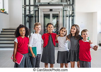 gai, gosses école, groupe, regarder, appareil-photo., petit, couloir