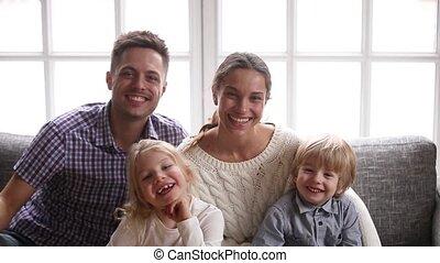 gai, gosses, famille, deux, regarder, appareil photo, rire, sourire