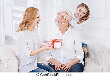 gai, grand-mère, famille, féliciter