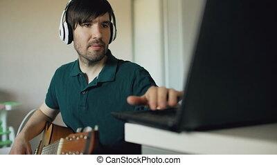 gai, jeu, séance, ordinateur portable, écouteurs, jeune, ...