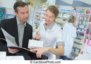 gai, jeune, femme, pharmacien, portion, a, client