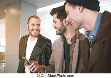 gai, mâle, camarades, parler, ensemble