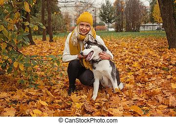 gai, marche, femme, parc, chien, automne, extérieur, amusement, husky, avoir