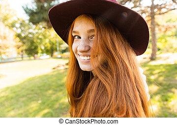 gai, marche., parc, jeune, automne, étudiant, roux, fille souriante, heureux
