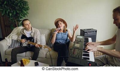 gai, microphone, amis, hommes, maison, chanteur, guitare, musiciens, pratiquant, ensemble., femme, clavier, chant, jouer