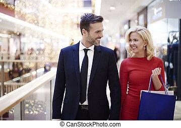 gai, sacs, marche, couple, centre commercial