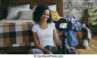 gai, sur, femme, dslr, elle, voyage, enregistrement, mélangé, appareil photo, vidéo, course, blog, garde-robe, maison