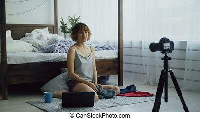gai, sur, femme, dslr, séance, lit, enregistrement, enfants, appareil photo, vidéo, séduisant, blog, maison, vêtements