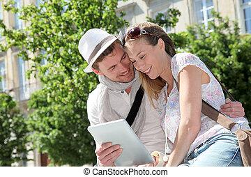 gai, tablette, couple, regarder, rue, électronique