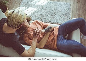 gaio, mani, coppia, mentre, divano, rilassante, presa a terra, casa