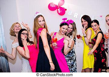 gallina, novia, alegre, celebrar, damas de honor, bebidas, fiesta
