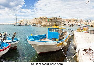 gallipoli, apulia, -, angelboot, an, der, seehafen, vor,...