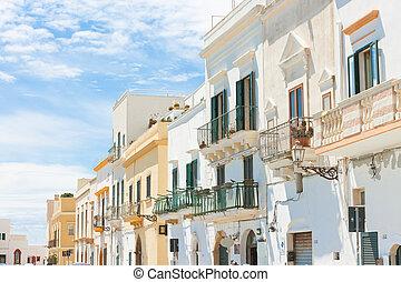 gallipoli, apulia, -, mittelalt, fassaden, mit, balkons, in, a, wunderbar, enge gasse