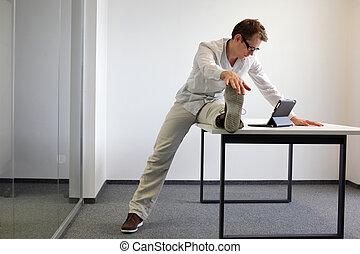 gamba, stiramento, in, lavoro ufficio
