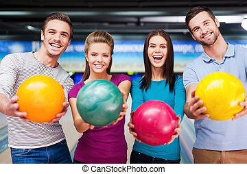 game., outstretching, ∥(彼・それ)ら∥, 細道, 明るい, 友人, に対して, カメラ, ボール, 最も良く, ボウリング, 朗らかである, 地位, 色, 見る, 間