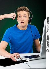 gamer., rystet, teenage dreng, boldspil spille video, hos, hans, computer, mens, nogen, aftagningen, hans, hovedtelefon