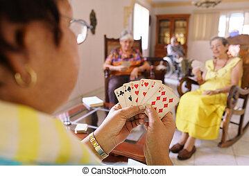 gamla kvinnor, ha gyckel, leka kortet, lek, in, härbärge