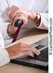 gamla kvinnor, räcker, holdingen, a, att gå klibbar, och, a, manlig, hand, maskinskrivning, på, a, tangentbord