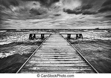 gamle, af træ, anlægsbroen, during, storm, på, den, sea.,...
