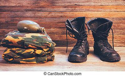 gamle, læder, sort, mænd, støvler, ankel støvle, militær uniform, og, en, lommeflaske, i, vand, på, af træ, baggrund, forside udsigt, closeup