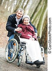 gamle, senior kvinde, ind, wheelchair, hos, omhyggelige, søn