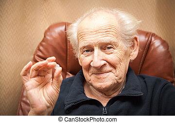 gamle, smile mand, holde en tablet