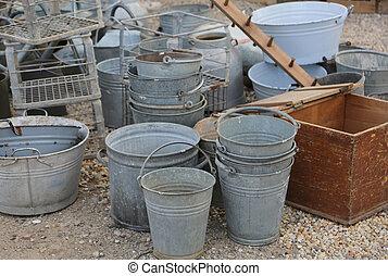 gamle, tin, spande, til salg, ind, den, loppe, og, antikviteterne, marked
