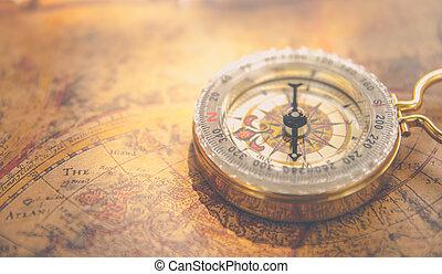 gammal, årgång, retro, gyllene, kompass, på, forntida, karta