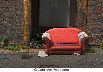 gammal, övergiven, couch, in, en, industriell, gränd, väg