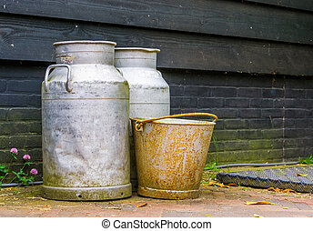 gammal, lantgård, årgång, metall, utrustning, rostig, bakgrund, burkar, hink, lantbruk, mjölk