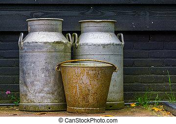gammal, lantgård, årgång, metall, utrustning, rostig, burkar, bakgrund, lantbruk, mjölk, hink