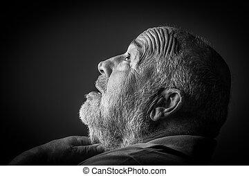 gammal man, kvädande