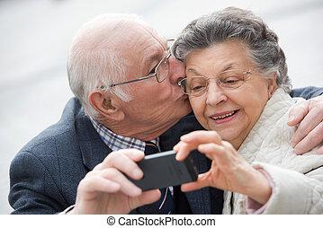 gammal, par, tagande, a, själv porträtt