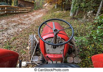gammal, röd traktor