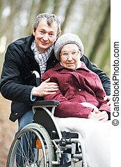 gammal, senior woman, in, rullstol, med, försiktig, son