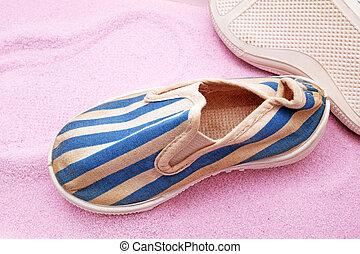 gammal, skor, på, rosa, sand